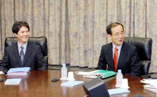 日銀金融政策決定会合の議事録は10年後に半年分を公表する=代表撮影、2008年