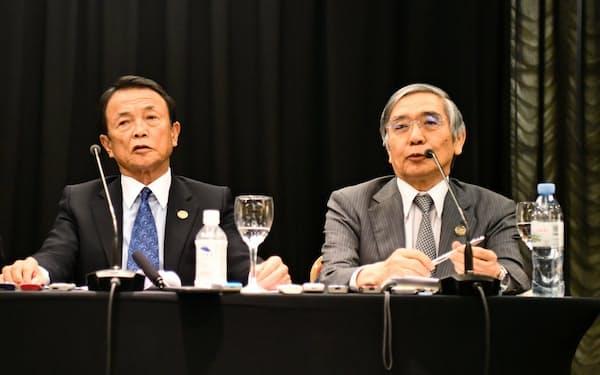 記者会見する麻生財務相(左)と日銀の黒田総裁(22日、ブエノスアイレス)