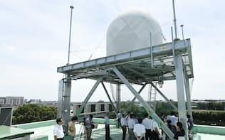 報道陣に公開した新型気象レーダー(23日、さいたま市)