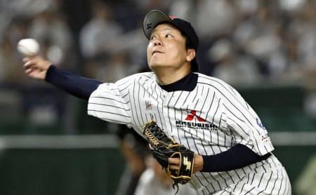 社会人野球ではテンポよく投げ込む投手が少なくない(20日の試合で完封した三菱重工神戸・高砂の藤井)=共同