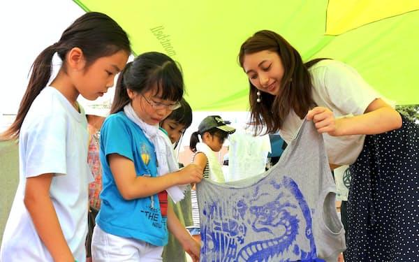 当日はマンホールの絵柄をプリントしたTシャツづくりを子どもたちが楽しんだ(福島県南相馬市)