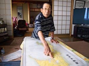 南樺太の地図を指さしながら、戦争体験を語る吉田欽哉さん(6月25日、北海道利尻町)