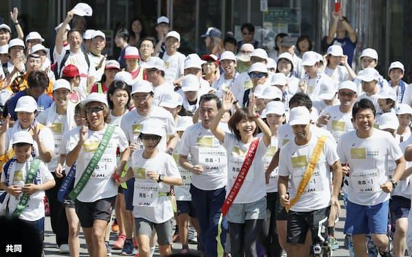 「未来への道 1000km縦断リレー」でスタートするパラリンピック陸上の山本篤さん(前列(右)2人目)、女子マラソンの高橋尚子さん(同3人目)と参加者ら(24日、青森市)=共同