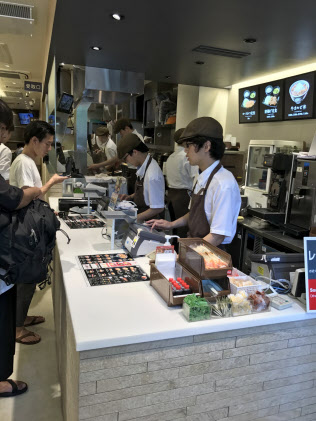 カフェ方式が成功し吉野家恵比寿店の女性客比率は3割に上がった