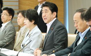 外国人材の受け入れ・共生に関する関係閣僚会議であいさつする安倍首相(24日午前、首相官邸)