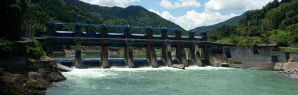 撤去前の荒瀬ダム(2011年7月)=熊本県提供
