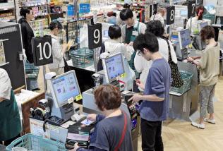 スーパーの店頭に並ぶセミセルフレジの端末(福岡市南区)