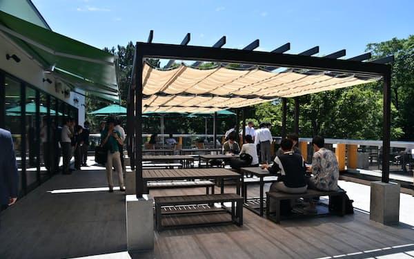 2階のテラスでは北大名物のジンギスカンパーティーができる(24日、札幌市)