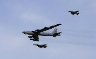 米国のトランプ政権は、積み上げてきた「最大限の圧力」を無駄にした(写真は韓国上空を飛行する米空軍のB52爆撃機=AP)