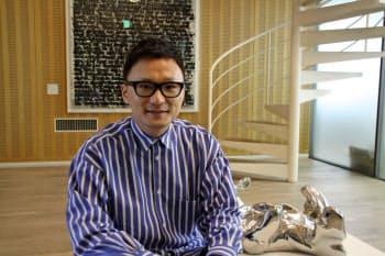 いしかわ・やすはる 1970年岡山市生まれ。岡山大経済学部卒。京都大経営管理大学院修了。94年創業、95年クロスカンパニー(現ストライプインターナショナル)設立。2014年に公益財団法人石川文化振興財団を設立、理事長に就任。