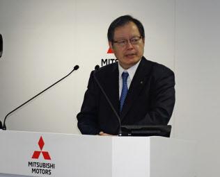 「全地域で販売台数が伸びた」と語る三菱自動車の池谷CFO(24日、都内の本社)