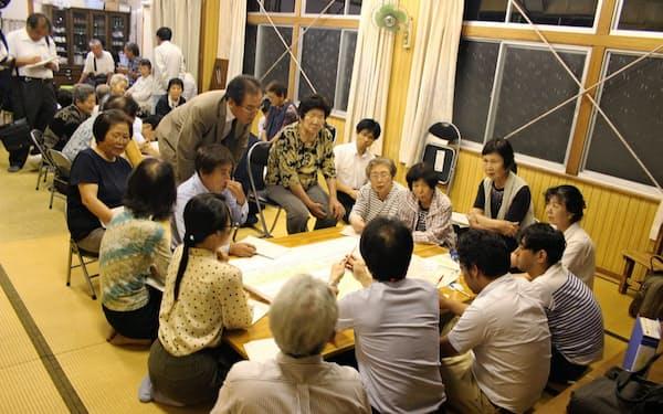 住民たちは車座になって避難の課題を話し合った(6月15日、高知県黒潮町で開かれたワークショップの様子)