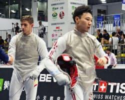 男子フルーレ個人の決勝トーナメント1回戦でスペイン選手(左)に敗れた西藤俊哉(24日、中国・無錫)=共同
