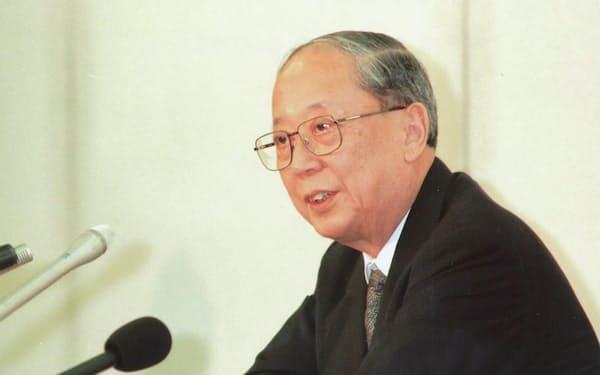 日銀総裁として記者会見する松下氏(1997年6月、日銀本店)