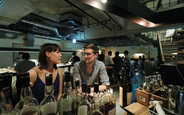 ラウンジで金曜日の夜を楽しむ外国人観光客(東京都中央区のホステルCITAN)