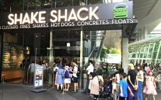 平日でも高級ハンバーガーを求める人の行列が絶えない「シェイクシャック東京国際フォーラム店」(7月23日、東京都千代田区)
