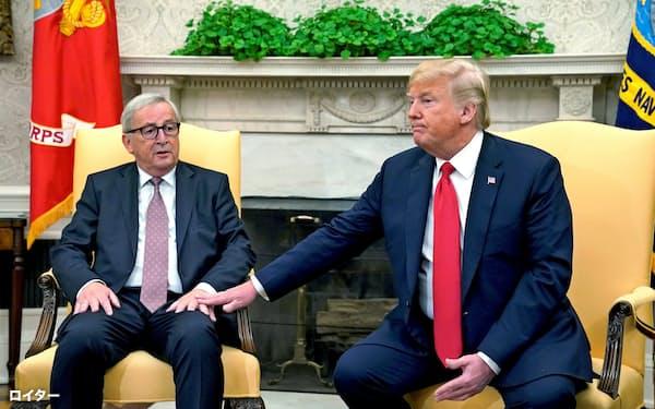 25日、ホワイトハウスで会談したトランプ米大統領(右)とEUのユンケル欧州委員長=ロイター
