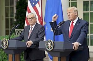 記者会見するトランプ米大統領(右)とEUのユンケル欧州委員長=AP