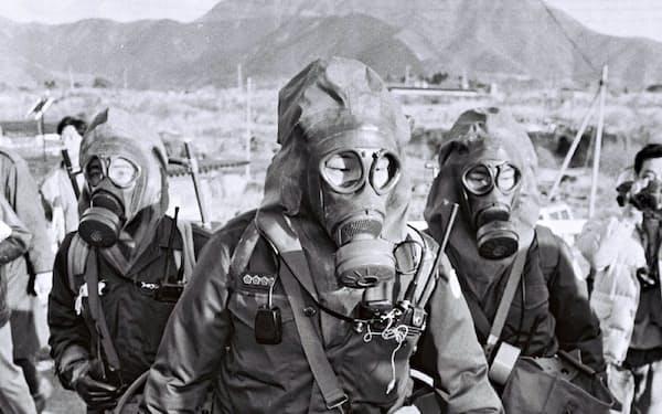 オウム真理教の教団施設へガスマスクを着けて捜索に入る警官隊(1995年3月、山梨県上九一色村)