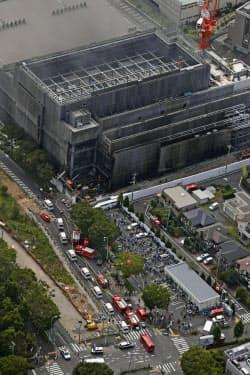 煙が上がる建設中の建物(26日午後2時57分、東京都多摩市)=共同