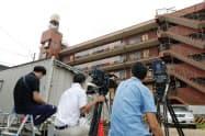 「ひかりの輪」の施設が入るマンション前に集まった報道陣ら(26日午前、東京都世田谷区)=共同