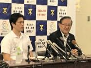 記者会見する真鍋氏(右)と大阪市の吉村洋文市長