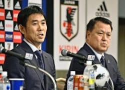 サッカー日本代表監督への就任が決まり、記者会見する森保一氏。右は日本サッカー協会の田嶋幸三会長=共同