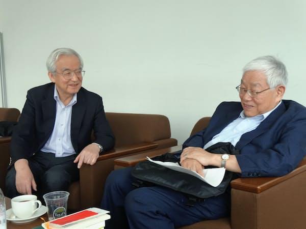 浜田宏一・内閣官房参与(右)と岩村充・早大教授