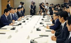 首相官邸で開かれた子ども・若者育成支援推進本部の会合(27日午前)=共同