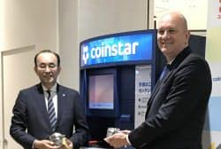 コインスターの両替機をユニーの3店舗で導入する(写真左がユニーの佐古則男社長、右がコインスターのジム・ギャリティCEO)