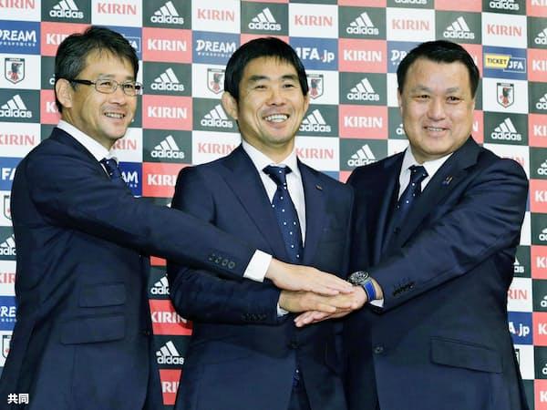 サッカー日本代表監督への就任が決まり、笑顔で記念撮影に応じる森保一氏(中央)。右は日本サッカー協会の田嶋幸三会長、左は関塚隆技術委員長=共同