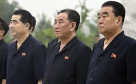 朝鮮戦争に参加した兵士の墓を訪れた北朝鮮の金英哲・朝鮮労働党副委員長(中央)ら(27日、平壌)=共同