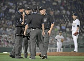 問題となったオリックス―ソフトバンク戦で、中村晃の右翼ポール際への打球の判定を巡り集まる審判団。この後リクエストで2ランの判定となったが、試合後に誤審を認めた=共同
