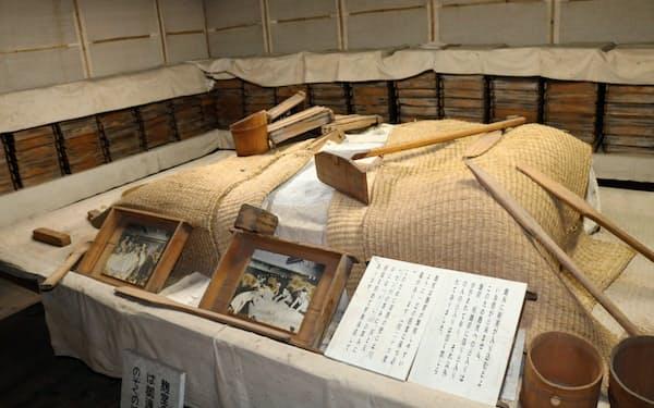 かつての酒造りの様子や竹久夢二の絵画などが展示されている