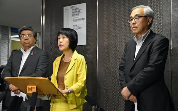 会見する高橋知事(中)、菊谷市長会会長(右)、棚野町村会会長(27日、札幌市)