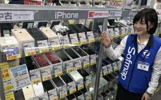 ソフマップの中古専門にはiPhoneをはじめ、様々な中古端末が並ぶ