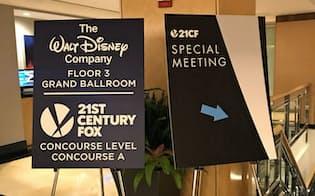 ディズニー、フォックス両社は同じホテル内で臨時株主総会を開き、買収提案を承認した(27日、ニューヨーク市内)