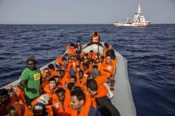 リビア沖でNGOに救助された移民=AP