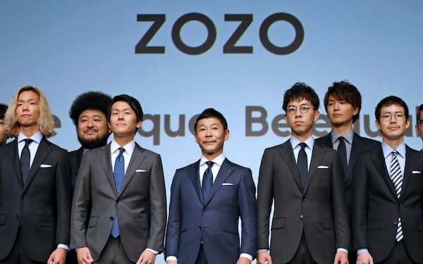 スタートトゥデイは10月から社名をZOZOに(中央は前沢友作社長、フルオーダースーツの発表会で)