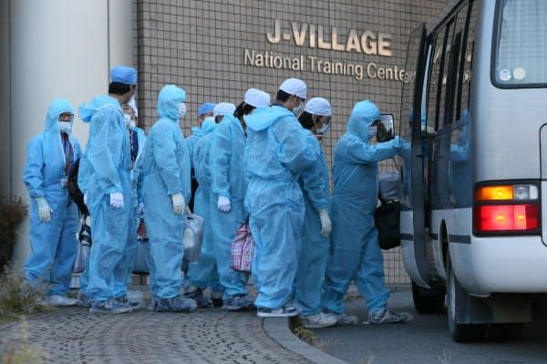 防護服で身を包んだ多くの作業員が、福島第1原発の事故現場に向かった(2012年11月)