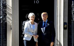 EUのトゥスク大統領とメイ英首相(25日、ロンドンの英首相公邸)=ロイター