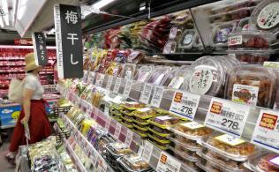 スーパーでは熱中症対策で梅干しが売れている(都内、いなげやの店舗)