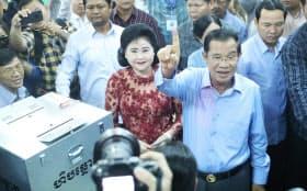 カンボジアの総選挙で投票終えたフン・セン氏(29日午前、カンダル州)=小高顕撮影