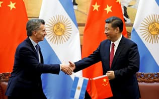 2017年5月、訪問先の北京で中国の習近平国家主席(右)と握手するアルゼンチンのマクリ大統領=ロイター