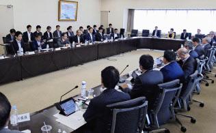 24日に開かれた自動車新時代戦略会議の会合では、蓄電池技術など企業の壁を越えた協力推進を確認した=共同