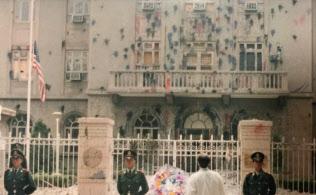 1999年5月、ユーゴスラビアの中国大使館「誤爆」に抗議する学生らが投げ付けたペットボトル入りペンキで染まり、窓も破壊された北京の米国大使館