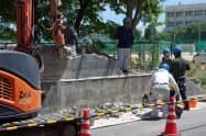 ブロック塀の撤去工事が始まった大阪府立摂津高校(30日、同府摂津市)