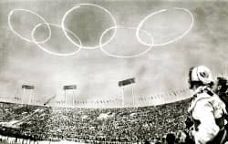東京五輪開会式で青空に自衛隊機が描いた五輪マーク(1964年10月10日)