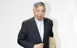 金融政策決定会合に出席するため、日銀本店に入る黒田総裁(31日午前)=代表撮影