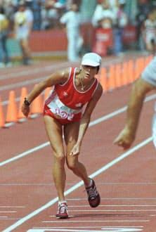 ロサンゼルス五輪女子マラソンで、よろめきながらゴールするアンデルセン選手=共同